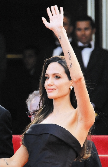 entertainment angelina jolie choosing bosnian conflict directing debut traveling story